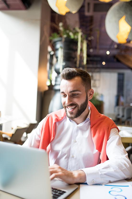 Microsoft Office 365 - Modern-businessman-using-laptop-klein